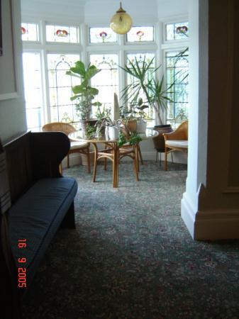 Headlands Hotel: Musty, dusty and dark seating area on 1st floor