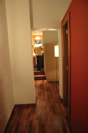 Mercer House Boria BCN: Main Entrance Hallway - View to Bathroom