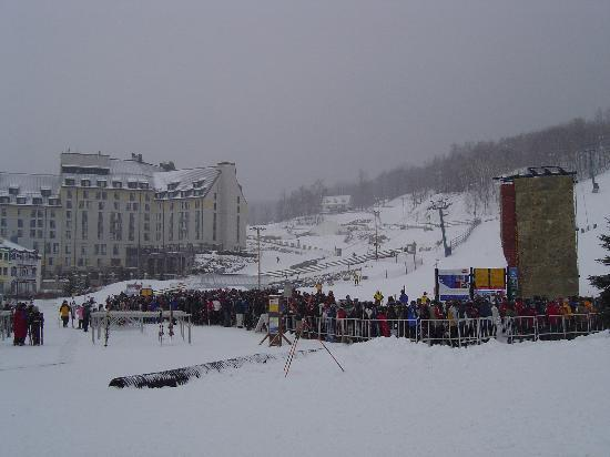 Tremblant: picture of the long line at the gondola