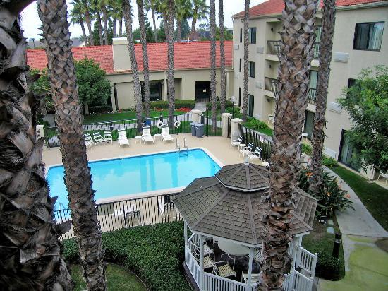 Courtyard by Marriott Huntington Beach Fountain Valley: Room 332 view of the pool and courtyard from the balcony