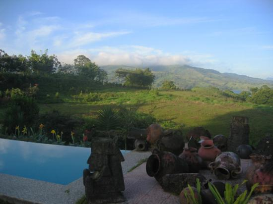 La Mansion Inn Arenal Hotel: A view across the lap pool.