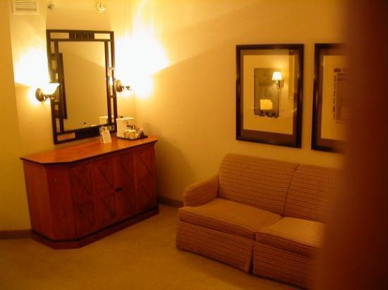 Moline, إلينوي: Living room area of junior suite