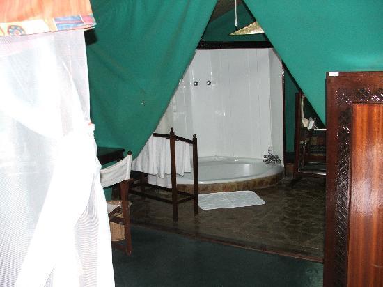 Fairmont Mara Safari Club: bathroom with sunken bath and shower