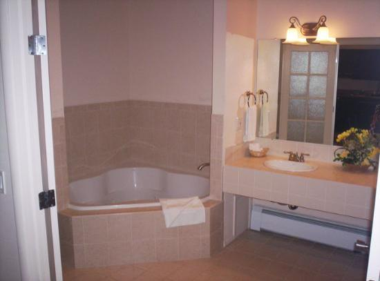Silver King Inn & Suites: Our suite bath was comfortable