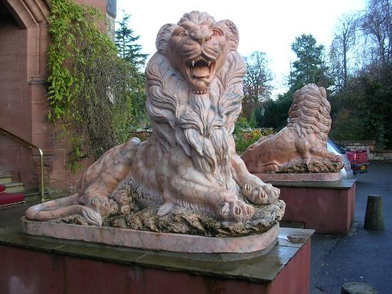 Ruthin Castle Hotel: lions welcome you in