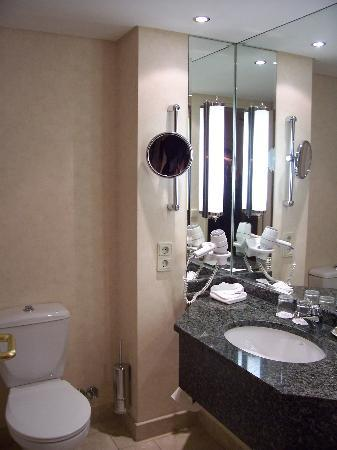 Hamburg Marriott Hotel: Room # 430, bathroom