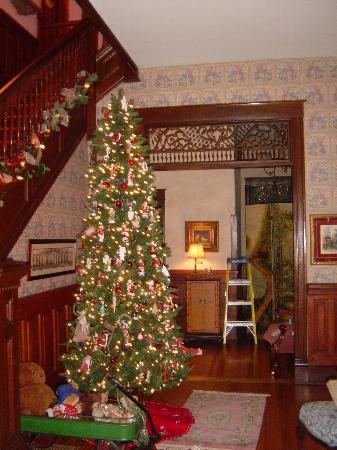 Inn at Iris Meadows: Foyer at Christmas