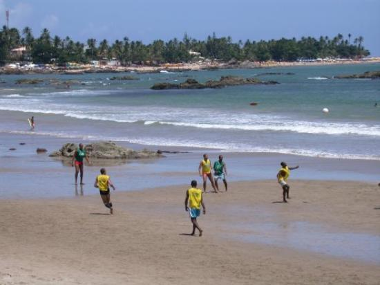 Hotel Praia do Encanto: Saturday afternoon soccer looking toward the Itapoan promontory