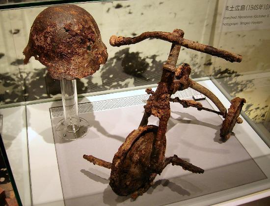 Museo Memorial de la Paz de Hiroshima: Bike and Helmet
