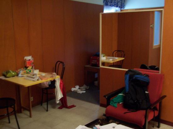 Bonanova : miror separating living room/kitchen from bedroom