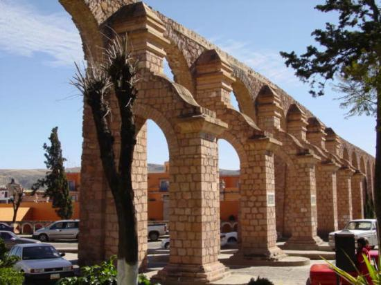 Zacatecas, Mexiko: Aqueduct/Quinta Real Hotel in the background