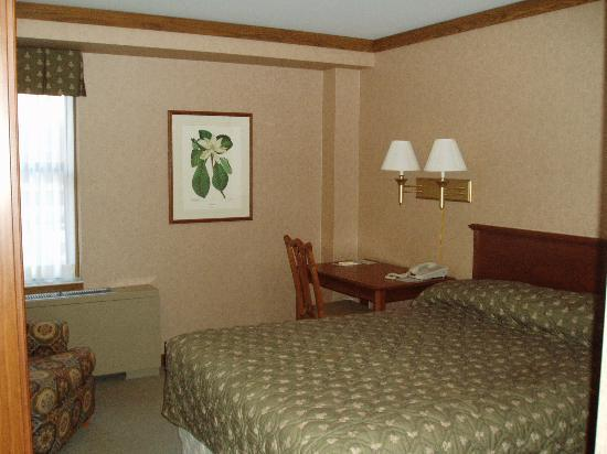 Union Club Hotel: first floor queen bed room