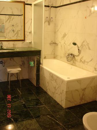 Hotel Donatello : Inside the toilet