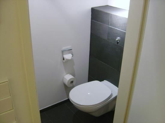 Hotel Q!: The toilet, not seen on their website...