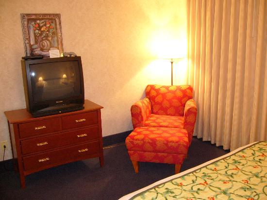 La Quinta Inn & Suites New Haven: TV & Chair