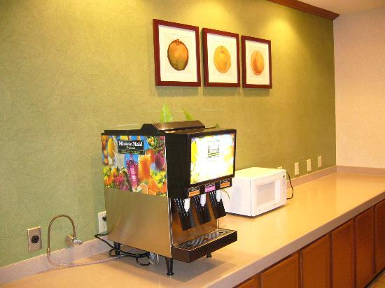 La Quinta Inn & Suites New Haven: Continental Breakfast Serves Here