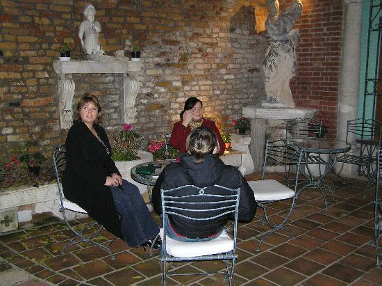 Hotel Al Ponte Mocenigo: Drinks in the courtyard
