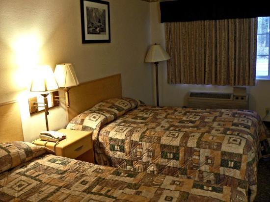 Quality Inn Gloucester City: Two full beds, two lamps out.