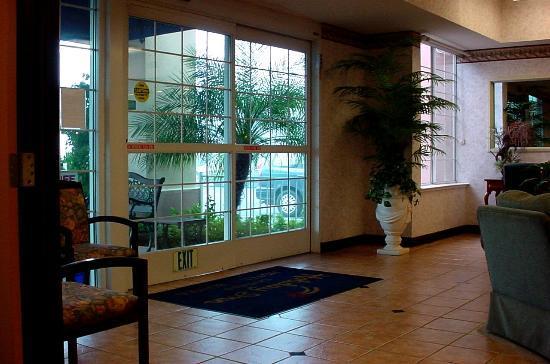 Ramada Northwest Fresno : lobby area