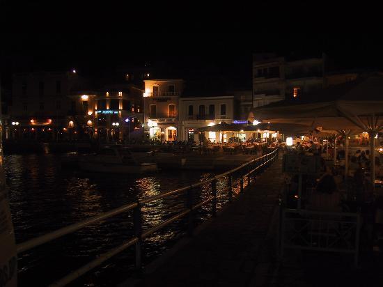 Manos Apartments : Ag Nik Voulismeni Lake at night