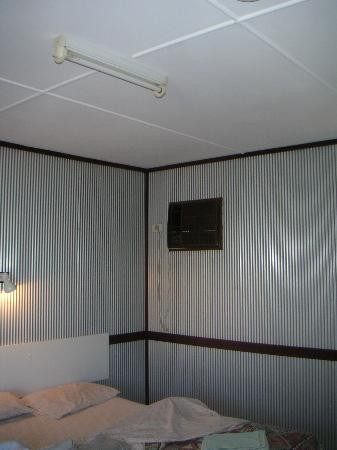 Potshot Resort: Welcoming corrugated iron rooms, not hot at all