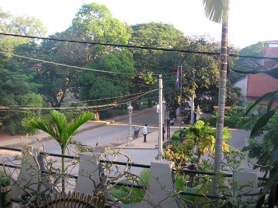 Bopha Siem Reap Boutique Hotel: Street scene from Room 307 balcony