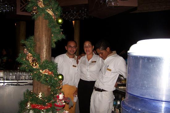 Villas Sol Hotel & Beach Resort: Some friendly bar and rest. staff