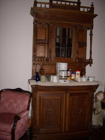 1884 Wildwood Bed and Breakfast Inn: coffee and tea in upstairs lobby