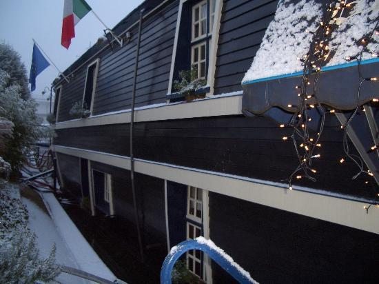 De Barge Hotel: Yep, really is a boat!