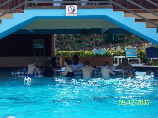 Black Rock, Tobago: Lifes a Pool Bar