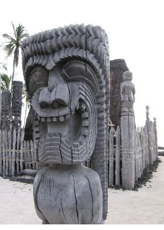 Honaunau, Гавайи: Close up with mausoleum behind