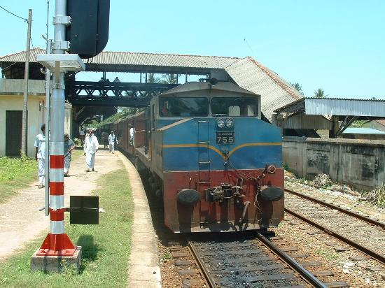 Beruwala, Sri Lanka: Train at Alutgama