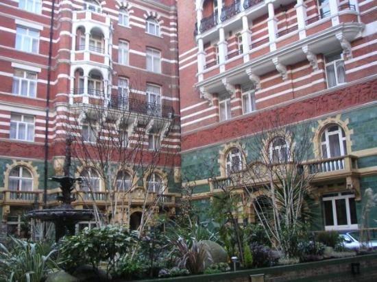 Taj 51 Buckingham Gate Suites and Residences: Courtyard of Hotel