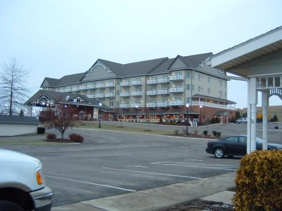 Sugarcreek, OH: View of the hotel from the bulk food shop lot