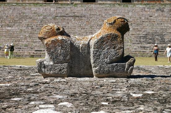 Uxmal, Μεξικό: The two stone jaguars in front of the Governors Palace
