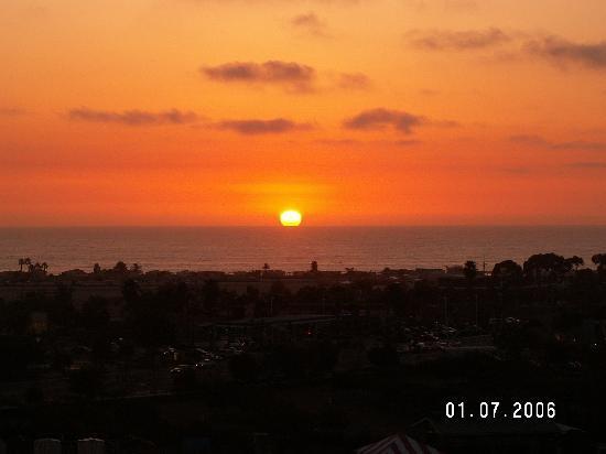 แกรนด์แปซิฟิกพาลิเสดส์ รีสอร์ท แอนด์ โฮเต็ล: Sunset from our Room