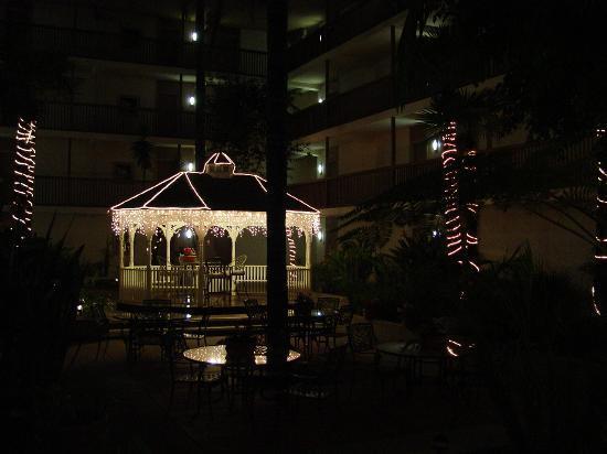 BEST WESTERN PLUS Thousand Oaks Inn: GAZABO IN COURT YARD