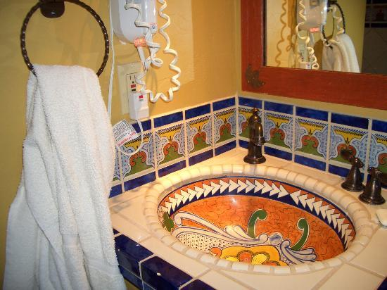 La Posada Lodge and Casitas: Sink and Tile in Dressing Area