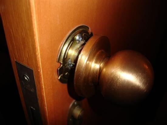U Suites Eilat: In the Royal Meridien Suite, the doorknobs weren't too well attached. It eventually came off.