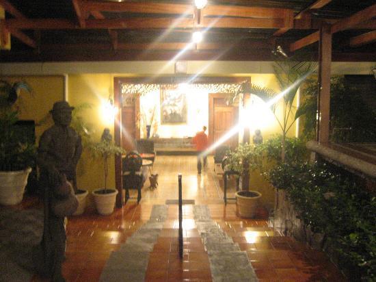 Hotel Don Carlos: breezeway at night