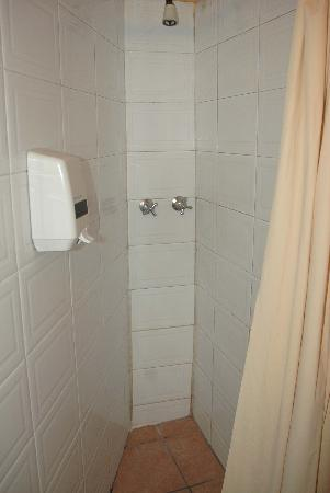 El Carmen Hotel: Shower in Bathroom