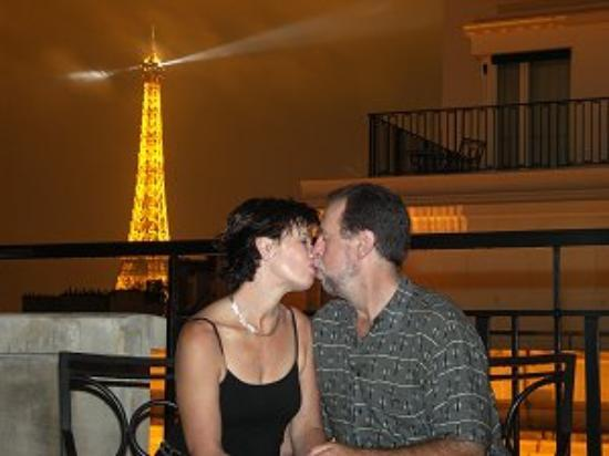Four Seasons Hotel George V Paris: Romantic balcony kiss!