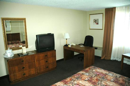 Chicago Club Inn Suites: Desk in front of air unit blocked airflow