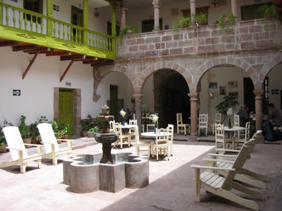 Niños Hotel: The courtyard.