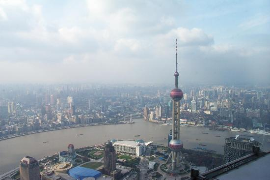 Shanghaiansk, Kina: View of Bund and Pearl Tower from Jin Mao Tower