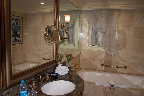 Country Club Lima Hotel: Marble Bathroom