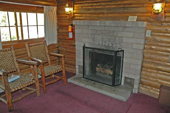 Signal Mountain Lodge: Gas fireplace at Signal Mtn cabin