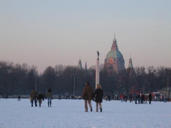 Hannover, Almanya: Frozen Maschsee lake with town hall in background