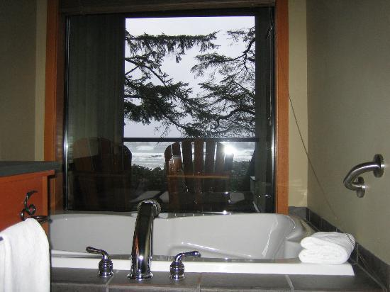 Wickaninnish Inn and The Pointe Restaurant: Sunken bath and watch the waves