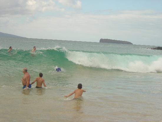 Wailea, Hawái: Having fun in the surf of Big Beach